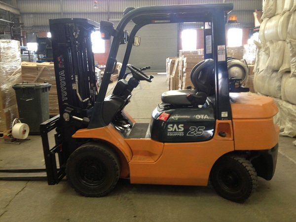 2007 Toyota 7FG25 with 4.3m Container Mast, Side Shift and Fork Tine Positioner